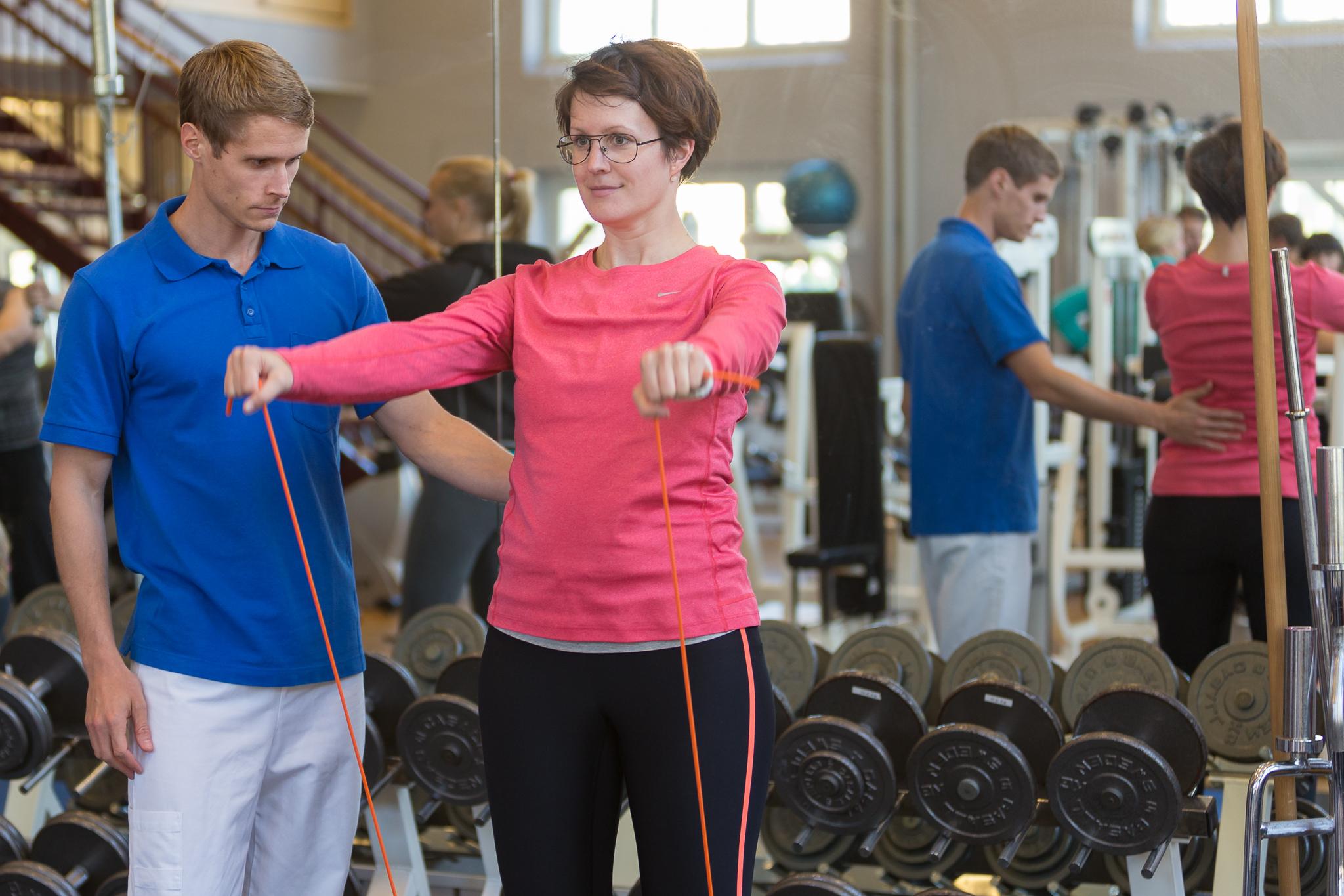 Fysioterapeut behandlar ryggsmärta
